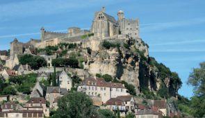 """<p>Découvrez le pays de Jacquou-le-Croquant avec pas moins de huit sites BPF et douze villages classés parmi les plus beaux de France au programme. Les différentes richesses de la région s ......</p><div class=""""more""""><a href=""""https://ffvelo.fr/randonner-a-velo/ou-quand-pratiquer/sejours-et-voyages/7e-etoile-perigord-quercy/"""" target=""""_blank"""" title=""""7e étoile Périgord-Quercy"""" >Lire la suite</a></div>"""