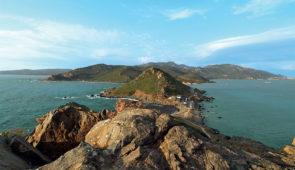 """<p>À l'entrée du Golfe d'Ajaccio, un chapelet d'îles offre une halte aux cormorans, goélands et dauphins. En fin de journée, les reflets ensanglantés que sème le soleil dans sa chute, ont  ......</p><div class=""""more""""><a href=""""https://ffvelo.fr/randonner-a-velo/ou-quand-pratiquer/sejours-et-voyages/randonnees-des-iles-sanguinaires/"""" target=""""_blank"""" title=""""Randonnées des îles Sanguinaires"""" >Lire la suite</a></div>"""