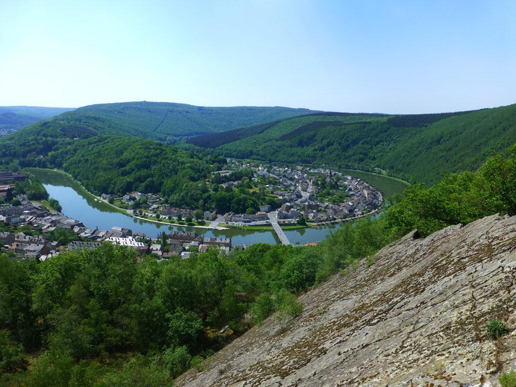 Monthermé, dans un large méandre de la Meuse © F.Tartarin