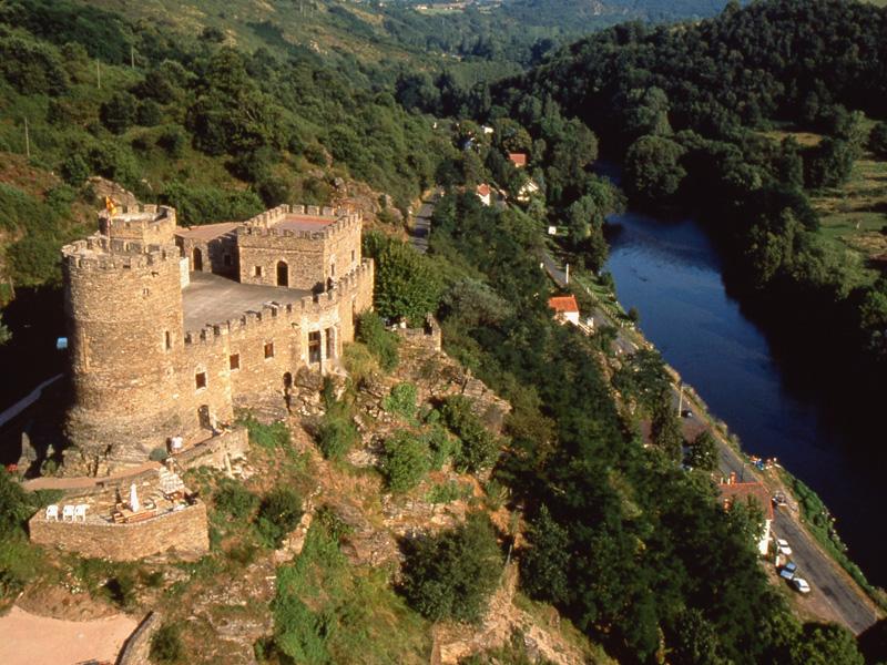 Le château de Chouvigny. © CDT03/FFCT